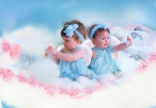 Открытка с новорожденными близнецами